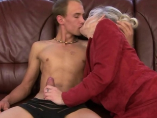 Mature granny sucking dick before getting oral